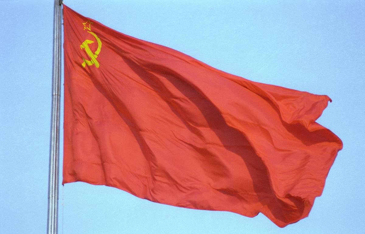День Люди События. 8 апреля.Российский исторический триколор заменен красным флагом